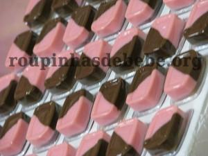 festa rosa e marrom de 1 ano com doces coloridos