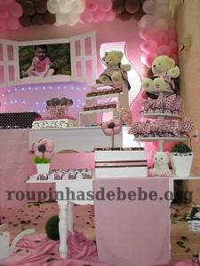 festa rosa e marrom de 1 ano decorando a mesa