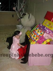 festa marrom e rosa urso com muitos presentes