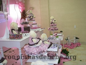 mesa decorada na festa marrom e rosa provencal