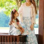 moda mae e filha azul com floral
