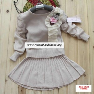 moda inverno infantil saia e blusa bege