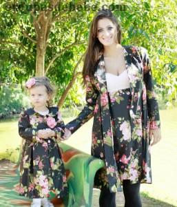 moda mae e filha floral preto e detalhes red