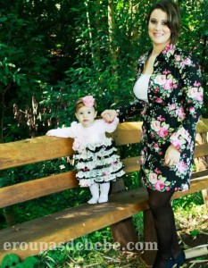 moda mae e filha floral preto e vermelho