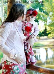 moda mae e filha floral verde e vermelho