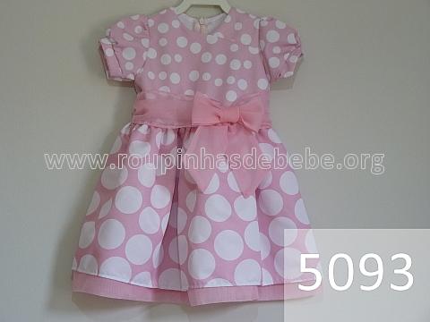 vestido rosa com bolas brancas