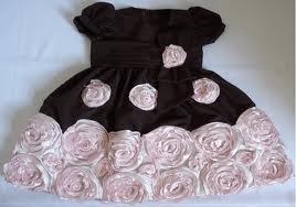 vestidos rosa e marrom com flores aplicadas