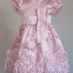 vestidos rosa e marrom com rosas aplicadas